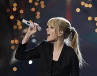 <p>Singer Taylor Swift performs at the 2010 American Music Awards in Los Angeles November 21, 2010. REUTERS/Mario Anzuoni</p>