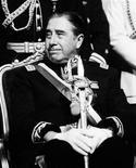 <p>Президент Аугусто Пиночет во время церковной службы в Сантьяго. 25 ноября 1998 года Верховный суд Великобритании принял решение об экстрадиции в Испанию бывшего чилийского диктатора Аугусто Пиночета, обвиняемого в геноциде.</p>