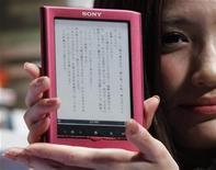<p>Una modelo muestra el nuevo libro electrónico de Sony, Reader, en Tokio. Nov 25 2010 Sony anunció el jueves que volverá al mercado de los libros electrónicos de Japón y abrirá una librería online con 20.000 títulos en oferta, la mayoría en japonés, justo a tiempo para la temporada de compras navideña. REUTERS/Toru Hanai</p>