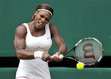 <p>Serena Williams durante jogo contra Vera Zvonareva em Wimbledon, em julho. A tenista campeã não vai participar do Aberto da Austrália, em janeiro, porque ainda está se recuperando de uma lesão no pé. 03/07/2010 REUTERS/Toby Melville/Arquivo</p>
