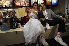 <p>Los fanáticos de la comida rápida Carlos Muñoz y Marisela Matienzo, posando luego de su matrimonio en un McDonald's en Monterrey. Nov 26 2010 Dos fanáticos de la comida rápida se casaron el viernes por la noche en un restaurante de McDonalds en la norteña ciudad mexicana de Monterrey, la primer boda en la popular cadena de hamburguesas en América Latina. REUTERS/Tomas Bravo</p>