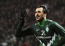<p>Hugo Almeida do Werder Bremen comemora seu terceiro gol contra o St Pauli. O jogador foi expulso durante a vitória do seu time por 3 x 0 no domingo, interrompendo a queda livre da equipe de Bremen na tabela do campeonato alemão. 28/11/2010 REUTERS/Christian Charisius</p>