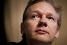 <p>Основатель WikiLeaks Джулиан Ассанж на пресс-конференции в Женеве 4 ноября 2010 года. Основатель интернет-ресурса WikiLeaks планирует обнародовать десятки тысяч внутренних документов одного из крупнейших банков США в начале следующего года, сообщил журнал Forbes в понедельник. REUTERS/Valentin Flauraud</p>
