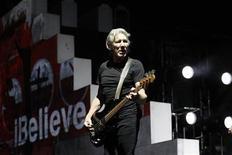 """<p>El co fundador de Pink Floyd, Roger Waters, durante una presentación en Los Angeles. Nov 29 2010 No es un hito conocido por muchos, pero 30 años, 9 meses y 16 días han transcurrido desde que la banda Pink Floyd lanzó en Los Angeles, Estados Unidos, una gira mundial para promover su álbum conceptual """"The Wall"""". REUTERS/Mario Anzuoni</p>"""