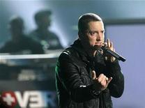 <p>Imagen de archivo del rapero Eminem, durante una presentación en Los Angeles. Jun 27 2010 El rapero Eminem, que vive un gran regreso a la escena musical tras pasar años luchando contra una adicción a las drogas, lideró el miércoles las nominaciones para los premios Grammy al ser postulado en 10 categorías. REUTERS/Mario Anzuoni/ARCHIVO</p>
