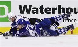 <p>Nazem Kadri of Toronto Maple Leafs battles for the puck with Simon Gagne (L) of Tampa Bay Lightning during the second period of their NHL hockey game in Toronto, November 30, 2010. REUTERS/Mark Blinch</p>