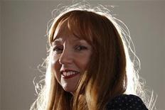 <p>La artista escocesa Susan Philipsz, posando en la galería Tate en Londres. Dic 6 2010 Susan Philipsz se convirtió en la primera artista de sonido en ganar el codiciado Premio Turner del Reino Unido, pero su discurso de aceptación en la británica galería Tate fue acallado por los ruidosos manifestantes que protestaban por los recortes en la financiación de las artes. REUTERS/Andrew Winning</p>