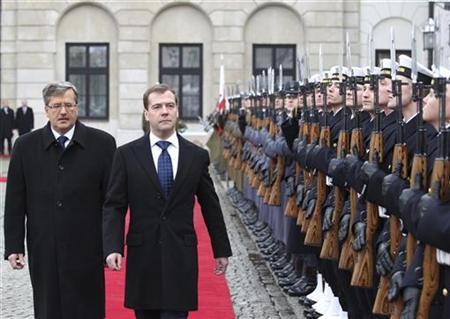 Russia's President Dmitry Medvedev (R) and his Polish counterpart Bronislaw Komorowski inspect the honour guard in Warsaw December 6, 2010. REUTERS/Mikhail Klimentyev/RIA Novosti/Kremlin
