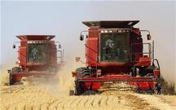 <p>The Sawyer family harvests their crop of wheat with combines near Acme, Alberta, September 23, 2009. Alberta, a key growing area of spring wheat and canola, has been hit hard this year by cool weather and drought. REUTERS/Todd Korol</p>