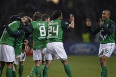 <p>Claudio Pizarro (2o à dir) do Werder Bremen comemora gol contra Inter de Milão. A atual campeã europeia sofreu uma derrota por 3 x 0 e perdeu a chance de liderar o Grupo A da Liga dos Campeões. 07/12/2010 2010. REUTERS/Christian Charisius</p>