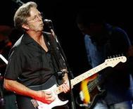 <p>Imagen de archivo del músico Eric Clapton, durante una presentación en Londres. May 16 2009 El músico británico Eric Clapton venderá más de 70 guitarras de su colección personal en una subasta en Nueva York en marzo y el dinero recaudado sera donado a un centro de rehabilitación de drogadicción y alcoholismo en Antigua. REUTERS/Luke MacGregor/ARCHIVO</p>