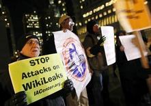 """<p>Сторонники WikiLeaks держат плакаты в знак поддержки ресурса в Нью-Йорке, 9 декабря 2010 года. Сторонники основателя ресурса WikiLeaks Джулиана Ассанжа обещают устроить """"информационную войну"""" для защиты свободы в интернете в отместку за попытки закрыть скандально- известный веб-сайт. REUTERS/Brendan McDermid</p>"""