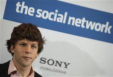 """<p>Imagen de archivo del actor Jesse Eisenberg, durante una sesión de fotos para la promoción de la película """"The Social Network"""" en Berlín. Oct 5 2010 El filme """"The Social Network"""", un tenso drama de recuento de los comienzos de Facebook, fue premiada como mejor película por la Asociación de Críticos de Cine de Los Angeles, un grupo cuyas elecciones rara vez se alinean con los Oscar. REUTERS/Thomas Peter/ARCHIVO</p>"""