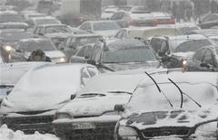 <p>Машины стоят в пробке в центре Москвы, 21 декабря 2009 года. Мэр Москвы Сергей Собянин пообещал ежегодно тратить 200 миллиардов рублей на борьбу с дорожными пробками, ставшими головной болью для жителей 10-миллионной столицы. REUTERS/Sergei Karpukhin</p>