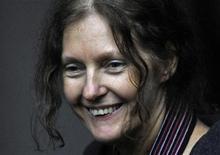<p>Christine Assange, madre del fundador de WikiLeaks Julian Assange, sonríe a la prensa fuera de la Alta Corte en Londres. dic 16 2010. El fundador de WikiLeaks Julian Assange, que enfrenta un pedido de extradición de Suecia por cargos de abusos sexuales, sería liberado de prisión el jueves luego de que el Tribunal Superior de Londres ratificó una decisión de permitir su salida bajo estrictas condiciones. REUTERS/Toby Melville</p>