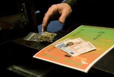 <p>Посетитель кафе покупает марихуану в голландском городе Берген-оп-Зом, 21 ноября 2008 года. Европейский суд в четверг постановил, что Маастрихт имеет право запретить продажу марихуаны иностранцам, чем в свою очередь убрал все препятствия на пути нидерландского правительства для введения новых законов по борьбе с чрезмерным потреблением наркотиков. REUTERS/Jerry Lampen</p>