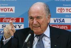 <p>Presidente da Fifa, Joseph Baltter, durante coletiva de imprensa em Abu Dhabi. Blatter disse que ficaria feliz se a Copa do Mundo de 2022 no Catar fosse disputada no começo do ano, durante o inverno, em vez do tradicional período no meio do ano. 17/12/2010 REUTERS/Fahad Shadeed</p>