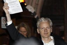 <p>El fundador de WikiLeaks, Julian Assange, con los documentos de la corte que le otorgan la libertad bajo fianza a la salida de la Alta Corte en Londres. dic 16 2010. Los periodistas que cubren casos judiciales deberían poder enviar mensajes a la red Twitter, dijo el lunes un alto funcionario de justicia en Gran Bretaña, aclarando las normas luego de las audiencias que involucraron al fundador de WikiLeaks, Julian Assange. REUTERS/Stefan Wermuth</p>