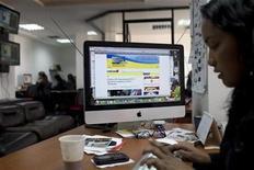 <p>Foto de archivo de una periodista en su puesto de trabajo para el medio Noticias24.com en Caracas, dic 13 2010. La Asamblea Nacional de Venezuela aprobó el lunes una ley que responsabiliza a portales proveedores y anunciantes de medios electrónicos sobre todo su contenido, una jugada que críticos consideran un avance hacia la censura en la red. REUTERS/Carlos Garcia Rawlins</p>