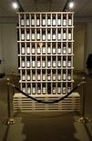 <p>Стенд с бутылками вина на аукционе Sotheby's в Нью-Йорке 23 февраля 2010 года. Продажи вина на аукционах Sotheby's составили $88 миллионов в 2010 году, вдвое превысив показатель 2009 года, сообщила компания в понедельник. REUTERS/Chip East</p>