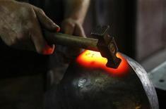 <p>Оружейный мастер придает форму шлему при помощи молотка, Люблин 12 июля 2010 года. Неизвестный решил вернуть магазину хозяйственных товаров в Пенсильвании деньги за молоток, который украл больше 20 лет назад, сообщили хозяева магазина. REUTERS/Kacper Pempel</p>