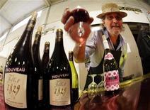 <p>Homem exibe taça do vinho Beaujolais Nouveau durante o lançamento oficial no mercado La Buffa em Nice, sul da França, 18 de novembro de 2010. REUTERS/Eric Gaillard</p>