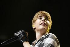<p>Foto de archivo del cantante canadiense Justin Bieber durante el Jingle Ball en Nueva York, dic 10 2010. El joven cantante canadiense Justin Bieber causó una estampida el domingo, cuando la estrella del pop visitó un centro comercial cerca de su ciudad natal de Stratford, Ontario, según algunos compradores. REUTERS/Lucas Jackson</p>