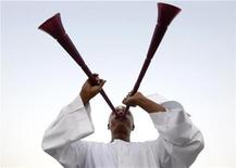 <p>A Qatari soccer fan blows a vuvuzela before the announcement of the hosts for the 2022 World Cup, in Souq Waqif December 2, 2010. REUTERS/Fadi Al-Assaad</p>