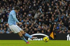 <p>Johnson, do Manchester City, chuta para marcar contra o Blackpool durante jogo do Campeonato Inglês, em 1o de janeiro de 2011.REUTERS/Nigel Roddis</p>