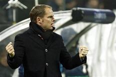 <p>Técnico do Ajax, Frank De Boer, durante jogo da Liga dos Campeões contra o Milan em dezembro. O Ajax Amsterdã confirmou na segunda-feira a permanência de Frank de Boer como treinador até junho de 2014 para substituir Martin Jol. 08/12/2010 REUTERS/Alessandro Garofalo/Arquivo</p>