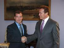 <p>O presidente russo, Dmitry Medvedev (esq), cumprimenta o então governador da Califórnia, Arnold Schwarzenegger, na residência presidencial próximo de Moscou. 11/10/2010 aREUTERS/Ria Novosti/Kremlin/Mikhail Klimentyev</p>