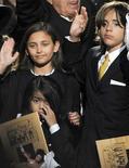 <p>Filhos de Michael Jackson ao fim de velório do cantor, em julho de 2009, viram o astro pop imóvel na cama antes de sua morte. REUTERS/Gabriel Bouys/Pool</p>