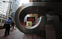 <p>People walk by a sign displaying TSX inform REUTERS/Mark Blinch</p>