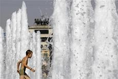 <p>Мальчик купается в фонтане в Москве 19 июля 2010 года. Прошедший 2010 год стал самым жарким в мировой истории, завершив рекордно теплое десятилетие, сообщил национальный департамент США по исследованию атмосферы и океана (NOAA), выразивший озабоченность участившимися наводнениями и штормами в результате изменения климата. REUTERS/Denis Sinyakov</p>