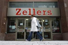 <p>Pedestrians walk past a Zellers store in downtown Ottawa January 13, 2011. REUTERS/Chris Wattie</p>