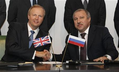BP Chief Executive Bob Dudley (L) shakes hands with Rosneft president Eduard Khudainatov after signing an agreement at BP headquarters in London January 14, 2011. REUTERS/Luke MacGregor
