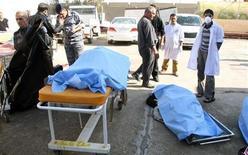 <p>Тела жертв нападения экстремиста-смертника перед больницей в Тикрите 18 января 2011 года. По меньшей мере 42 человека погибли и более 100 получили ранения в результате нападения экстремиста-смертника на рекрутов иракской полиции в родном городе Саддама Хусейна Тикрите во вторник, сообщили власти провинции Салах-эд-Дин. REUTERS/Sabah al-Bazee</p>