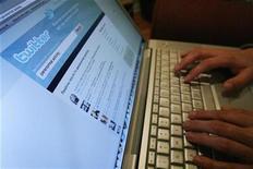 """<p>Foto de archivo de una página del sitio web Twitter vista desde un ordenador en Los Angeles, oct 13 2009. Unas luces intermitentes azules aparecen en medio de la oscuridad antes de que los flashes de las cámaras inunden la pasarela. Un hombre teclea rápido en su móvil: """"Bottega está presentando pantalones de cuero. ¿Qué llevaría a los hombres norteamericanos a usarlos? REUTERS/Mario Anzuoni</p>"""
