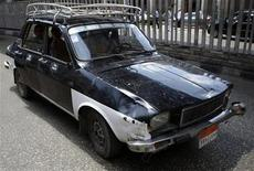 <p>An old taxi weaves through traffic in downtown in Cairo May 5, 2009. REUTERS/Tarek Mostafa</p>