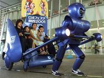 <p>Робот везет рикшу с детьми в Осаке 11 августа 2000 года. Все новое - это хорошо забытое старое, что и доказала японская компания, разработавшая электронную и экологически безопасную рикшу. REUTERS/Eriko Sugita</p>