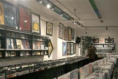 <p>Foto de archivo de una tienda de la disquería Criminal Records en Toronto, dic 1 2009. Las ventas mundiales de música cayeron cerca de un 9 por ciento el año pasado por la piratería en los principales mercados, amenazando puestos de trabajo, inversión y el descubrimiento de nuevos artistas, dijo la organización del sector el jueves. REUTERS/Terri Coles</p>