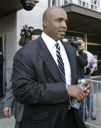 Former San Francisco Giants left fielder and Major League Baseball's all-time home leader Barry Bonds enters the federal courthouse in San Francisco, California, June 6, 2008, for his arraignment on perjury charges. REUTERS/Robert Galbraith