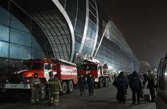 <p>Пожарные у здания аэропорта Домодедово под Москвой 24 января 2011 года. В результате теракта в московском аэропорту Домодедово погиб 31 человек и 130 пострадали, сообщил Минздрав РФ. REUTERS/Denis Sinyakov</p>