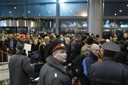 Sicherheitskräfte am Moskauer Domodedowo-Flughafen am 24. Januar 2011. REUTERS/Denis Sinyakov