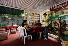 """<p>People eat at a """"Paladar"""", or home restaurant, in the town of Cienfuegos, in central Cuba, some 250 kilometres (155 miles) from Havana January 21, 2011. REUTERS/Desmond Boylan</p>"""