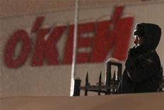 <p>Сотрудница милиции стоит перед гипермаркетом Окей в Санкт-Петербурге, 25 января 2011 года. В крупном гипермаркете в Санкт-Петербурге во вторник вечером рухнула крыша, один человек погиб и еще девять пострадали, сообщил представитель МЧС Александр Алябьев. REUTERS/Alexander Demianchuk</p>