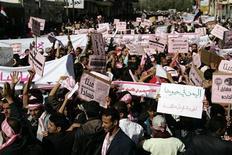 <p>Сторонники йеменской оппозиции участвуют в антиправительственных демонстрациях в Сане 27 января 2011 года. Тысячи людей, вдохновленных недавними событиями в Тунисе и Египте, вышли на улицы столицы Йемена Саны в четверг, чтобы потребовать смены правительства. REUTERS/Khaled Abdullah</p>
