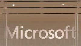 <p>Foto de archivo del logo de Microsfot en una tienda minorista de la firma en Scottsdale, EEUU, oct 22 2009. Microsoft Corp reportó el jueves una pequeña caída de su ganancia trimestral porque las ventas de computadoras personales no cumplieron con las expectativas y el iPad de Apple Inc comenzó a socavar los beneficios en su mercado principal. REUTERS/Joshua Lott</p>
