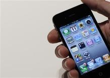 <p>L'iPhone 4 d'Apple. Les fabricants nord-américains Apple et RIM et le chinois ZTE sont les grands gagnants de l'explosion des ventes de téléphones mobiles au dernier trimestre de 2010, selon deux études publiées vendredi. /Photo prise le 11 janvier 2011/REUTERS/Brendan McDermid</p>