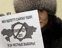 <p>Активистка держит плакат об отмене референдума в Казахстане, 13 января 2011 года. Бессменный президент Казахстана Нурсултан Назарбаев в понедельник оказался от референдума о продлении его полномочий до 2020 года, предложенного парламентом и избирателями, и предложил провести досрочные президентские выборы. REUTERS/Shamil Zhumatov</p>